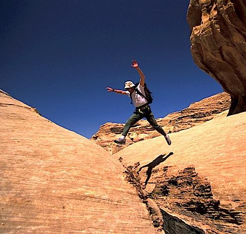 """Saut obligatoire pour passer un """"siq"""" à Wadi Rum en Jordanie"""
