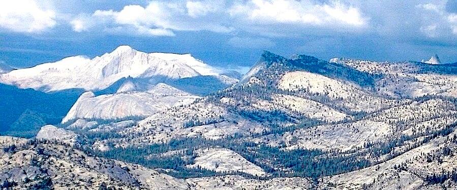Mount Coness, tout au fond sur la crête de la Sierra Nevada