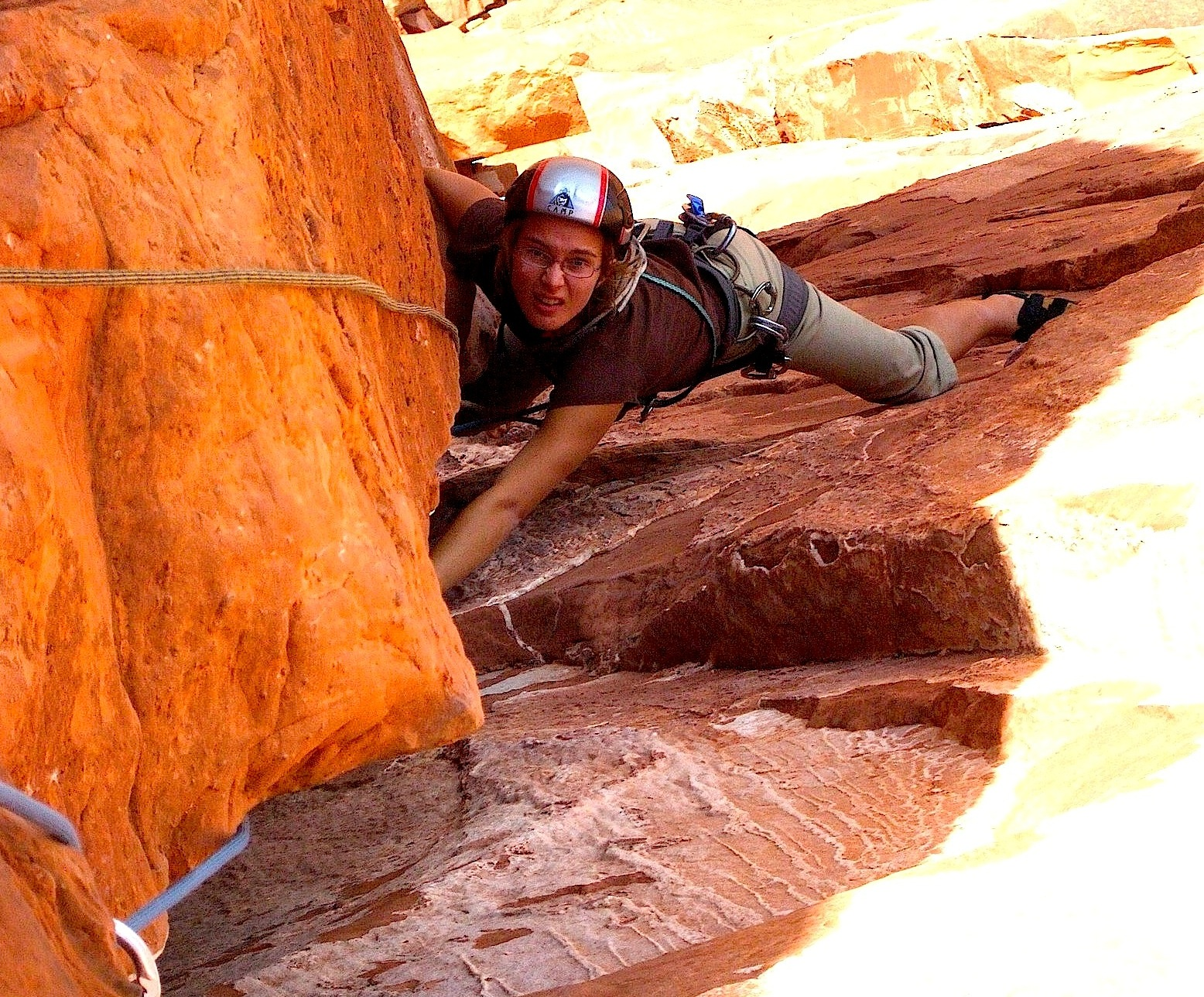 """Ziggy dans la longueur-clé de la """"Kor-Ingalls Route"""" à Castleton Tower - Moab"""