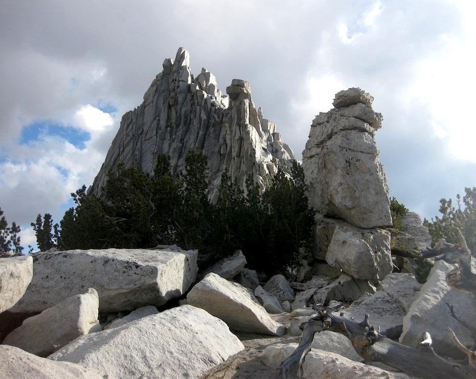 De rares aiguilles de granite au milieu des sommets plutôt arrondis du Yosémite, c'est à Tuolomne !