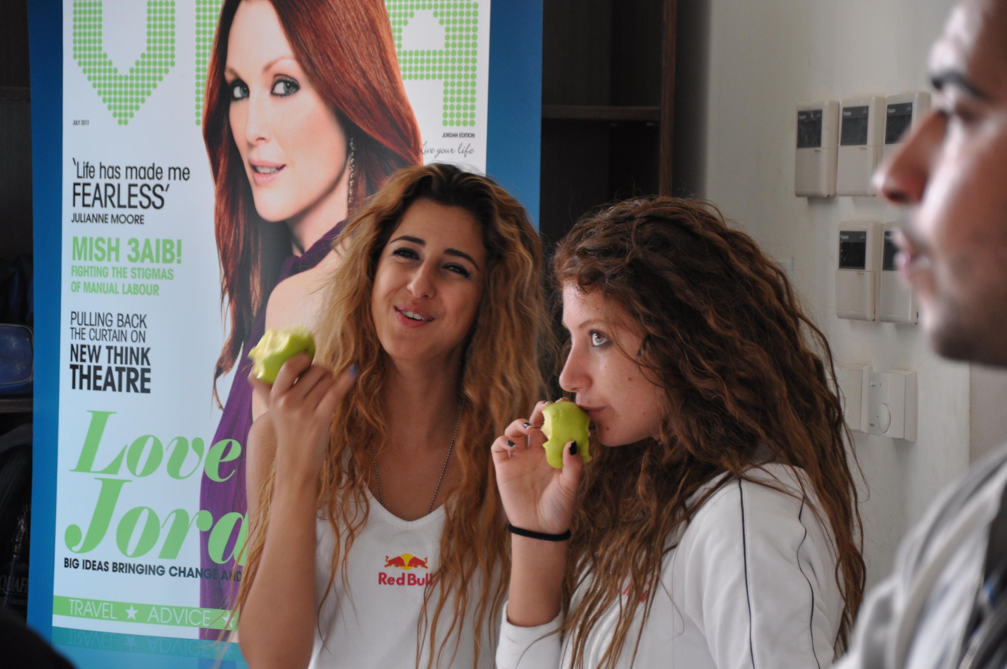 Deux jordaniennes assistent à une compétition sportive à Amman