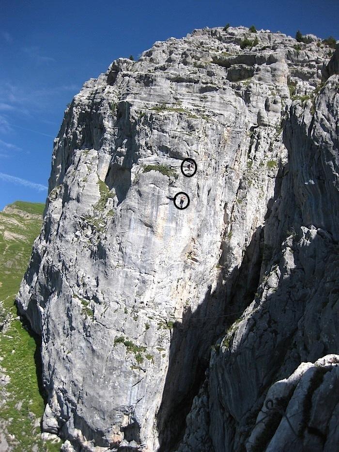 Deux personnes gravissent le dernier bastion de la Via Ferrata du Jalouvre, une des plus belles de Haute Savoie !