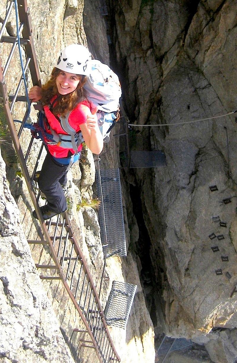 Dans les échelles de la Via Ferrata des Egralets, en montant au refuge du Couvercle à Chamonix.