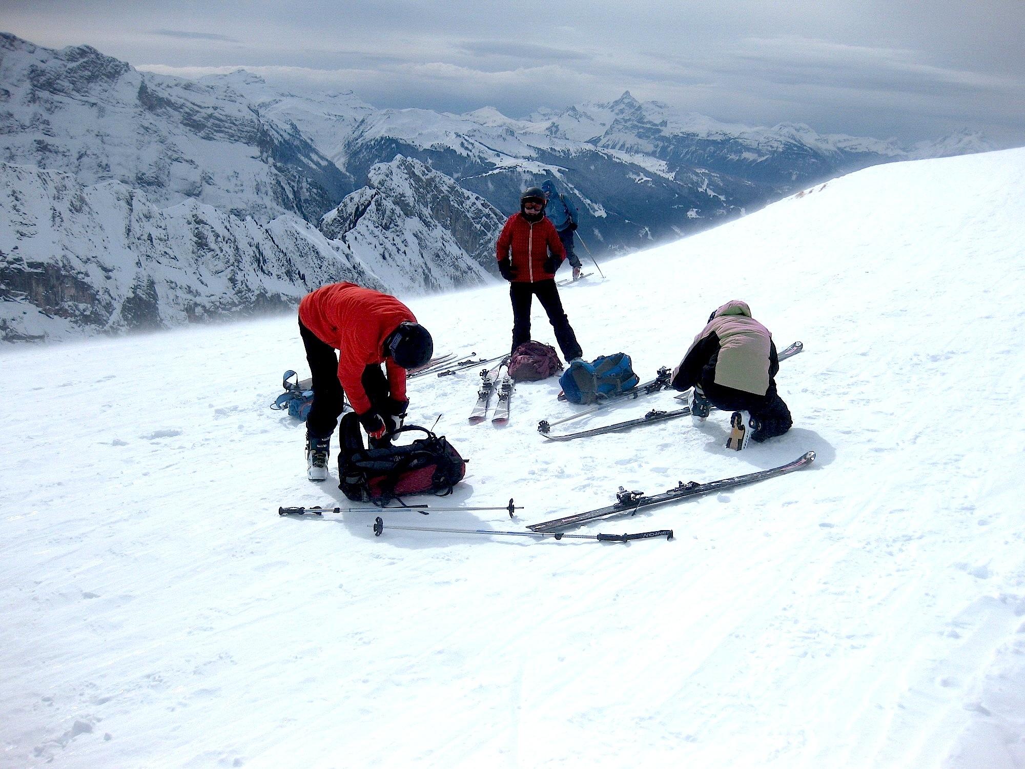 La tempête fait se hâter les skieurs. Ne rien perdre à cause du vent...